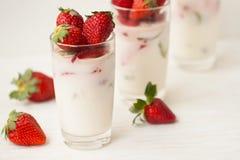 Dessert fait maison avec des fraises sur un fond blanc Photographie stock libre de droits