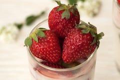 Dessert fait maison avec des fraises sur un fond blanc Photo stock