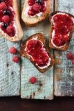 Dessert fait maison Confiture de baie avec les framboises et les groseilles fraîches photo libre de droits