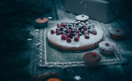 Dessert fait maison de vacances de tarte de Noël dans le cadre de décorations d'arbre de nouvelle année sur le vintage en bois Photos stock