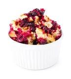 Dessert frais de croustillant de fruit dans une cuvette d'isolement sur le backgr blanc Photos stock