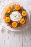 Dessert français de Savarin avec les abricots et la crème fouettée vertical image stock
