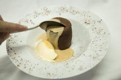 Dessert francese di Coulant su un piatto bianco immagini stock libere da diritti