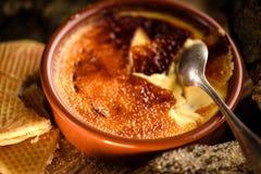 Dessert francese tradizionale della crème-brulée Immagini Stock