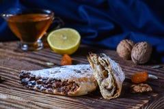Dessert géorgien national Rols avec du miel de citron et les fruits secs images libres de droits