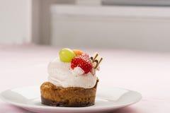 Dessert gastronomico saporito con la guarnizione della frutta fresca Fotografia Stock