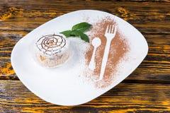 Dessert individuel décadent avec le web design d'araignée photographie stock