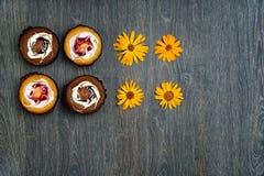 Dessert italiano e fiori secchi del campo, su una tavola di legno Genere di candela fotografie stock libere da diritti