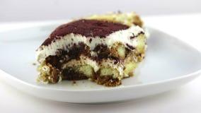 Dessert italien traditionnel de gâteau fait maison délicieux de tiramisu sur le fond blanc, mouvement d'appareil-photo de chariot banque de vidéos