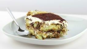 Dessert italien traditionnel de gâteau fait maison délicieux de tiramisu sur le fond blanc, mouvement d'appareil-photo de chariot clips vidéos