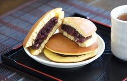 Dessert japonais de crêpe de Dorayaki Photographie stock libre de droits