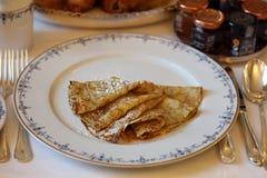 Dessert luxueux de crêpes françaises délicieuses superbes en Europe Image libre de droits