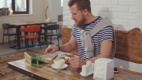 Dessert mangiatore di uomini e web praticante il surfing in caffè video d archivio