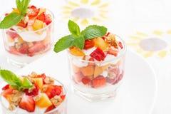 Dessert met aardbeien, abrikozen, slagroom en munt stock afbeeldingen