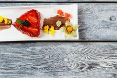 Dessert met aardbeien op plaat stock afbeelding