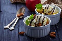 Dessert met appel en roomijs royalty-vrije stock foto