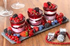 Dessert met bessen en feestelijke decoratie stock foto
