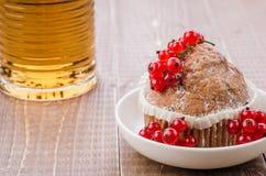 Dessert met cake, rode bessen en een glas thee/dessert met cake, rode bessen en een glas thee op een houten achtergrond royalty-vrije stock foto