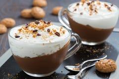 Dessert met chocolade, room en amaretti in koppen, close-up royalty-vrije stock afbeelding