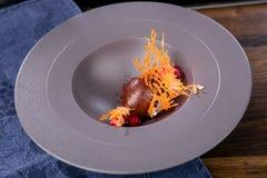 Dessert met chocoladeroom en gebakken appel Franse keuken Het werk van een professionele chef-kok Schotel van een restaurant of k stock foto