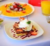 Dessert met croissants, roomijs en gesneden fruit royalty-vrije stock fotografie