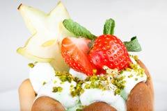 Dessert met een aardbei en een kiwi Stock Fotografie