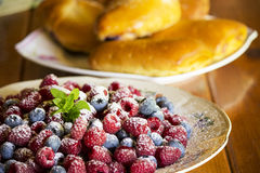 Dessert met framboos en bosbes Stock Afbeeldingen