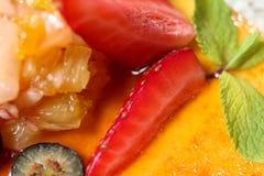 Dessert met framboos en munt Sluit omhoog Royalty-vrije Stock Afbeeldingen