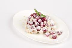 Dessert met frambozen in een witte plaat Stock Afbeeldingen