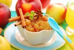 Dessert met gestoofde appelen voor baby Royalty-vrije Stock Afbeeldingen