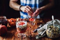 Dessert met granaatappel royalty-vrije stock afbeelding