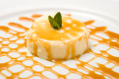 Dessert met karamelsaus Stock Foto's