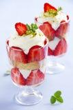 Dessert met koekjes, aardbeien royalty-vrije stock afbeelding