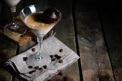 Dessert met likeur, koffieijsblokjes en roomijs Stock Foto