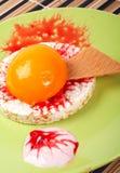 Dessert met perzik, cracker en room Royalty-vrije Stock Fotografie