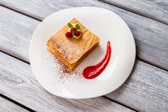 Dessert met saus en bessen stock foto