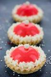 Dessert moderne de gâteau de chapeau de Santa pour la fête de vacances d'hiver - joyeuse Photographie stock libre de droits