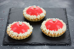 Dessert moderne de gâteau de chapeau de Santa pour la fête de vacances d'hiver - joyeuse Image stock
