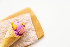 Dessert moderne lumineux d'été - crème glacée au néon assaisonnée avec le bubble-gum photographie stock libre de droits
