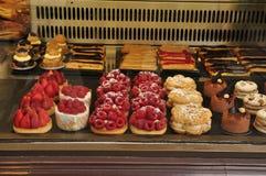 Dessert nella finestra del forno Immagini Stock