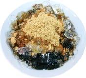 Dessert nero tailandese della gelatina con zucchero bruno e ghiaccio isolati vicino su su fondo bianco Fotografie Stock