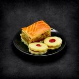 Dessert op een donkere grungeachtergrond Stock Foto