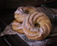 Dessert op een donkere zeer belangrijke, donkere achtergrond Royalty-vrije Stock Foto
