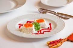 Dessert op witte lijst Royalty-vrije Stock Afbeeldingen