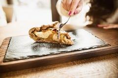 Dessert organique fait maison de tarte aux pommes tout préparé Tranche de bouche Image libre de droits