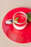 Dessert, panacotta avec la menthe d'un plat rouge Image libre de droits