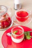 Dessert, panacotta con la menta su un piatto rosso Immagine Stock