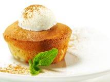 Dessert - pera Charlotte con il gelato fotografia stock libera da diritti