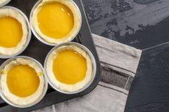 Dessert portugais traditionnel le Pastel de nata avant d'aller au Th Image stock
