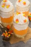 Dessert posé de bonbons au maïs dans des pots image stock